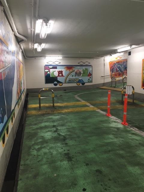 立川駅西地下道壁面の電車アート