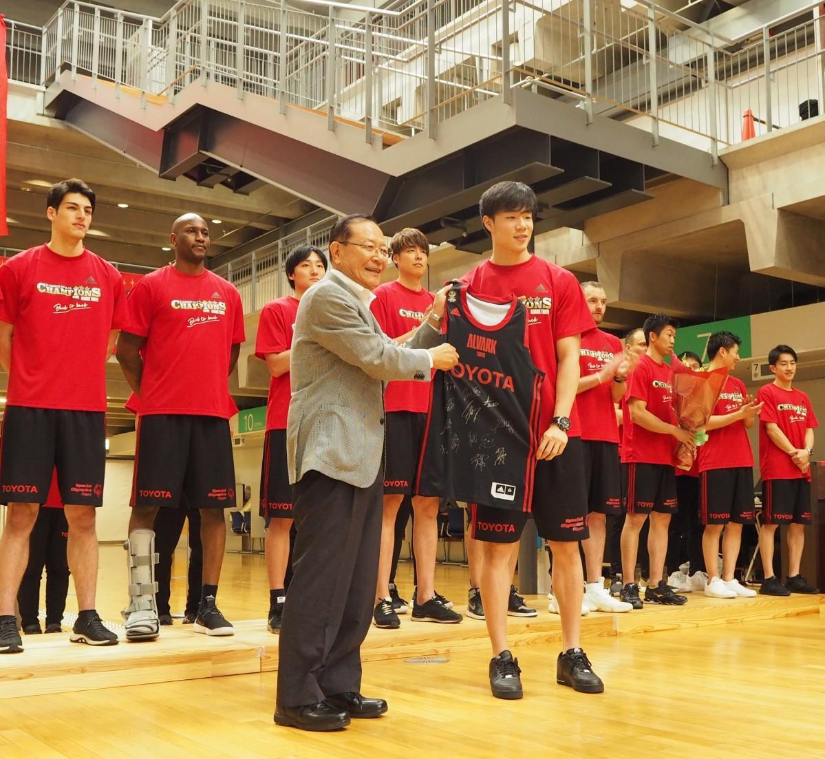 馬場雄大選手から清水市長に選手のサイン入りユニフォームを贈呈