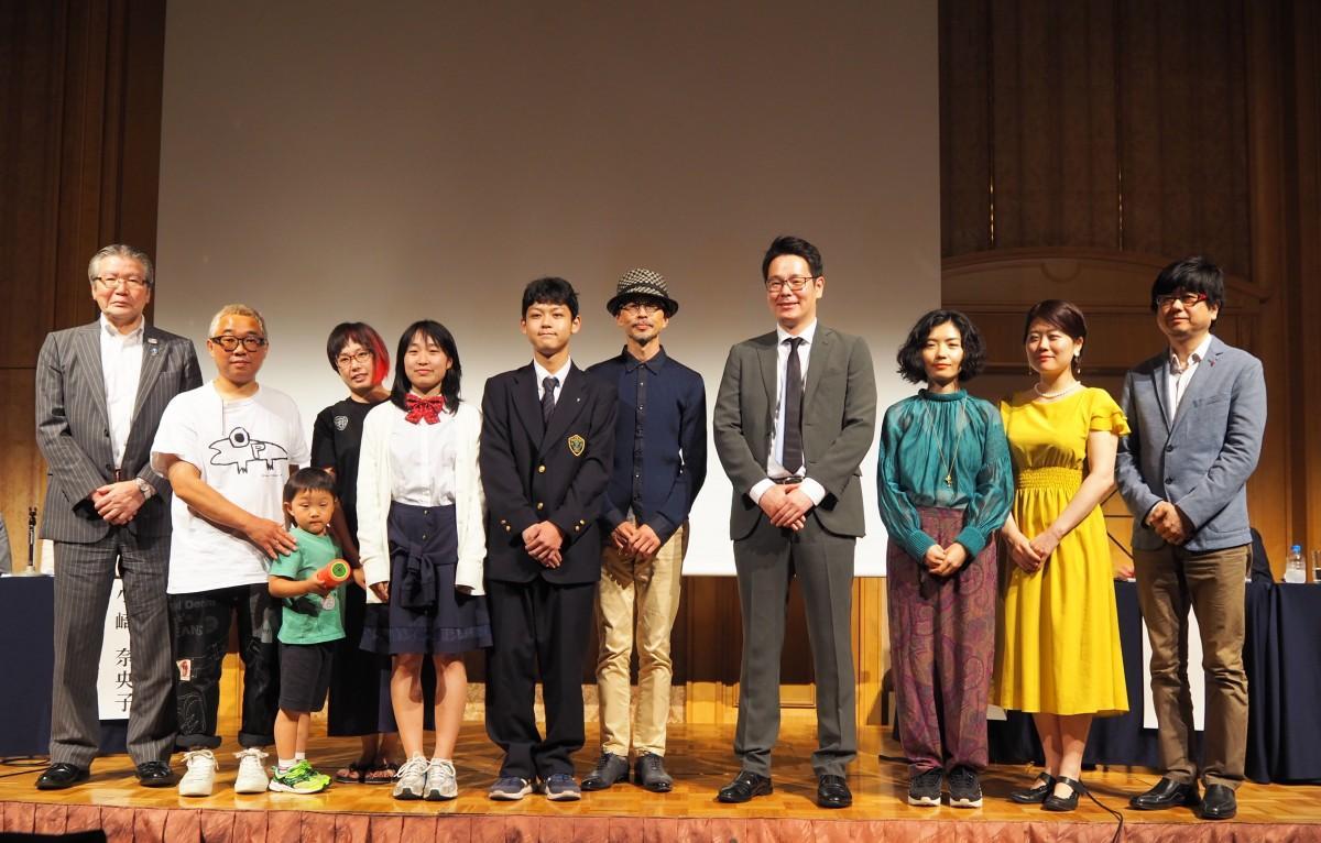 「立飛パブリックアートアワード2020」入賞された皆さんと立飛ホールディングスの村山正道社長(左)