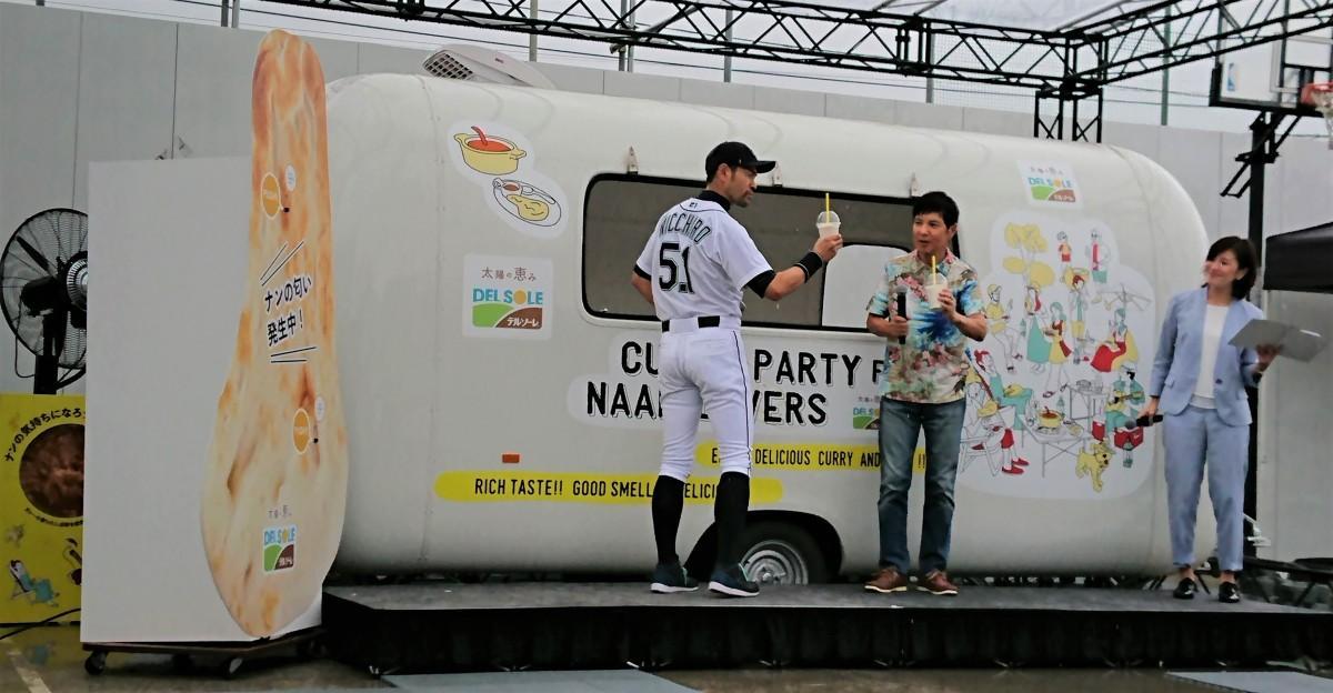 「ナン味ラッシー」で乾杯する関根勤さん(右)とニッチロー'さん(左)