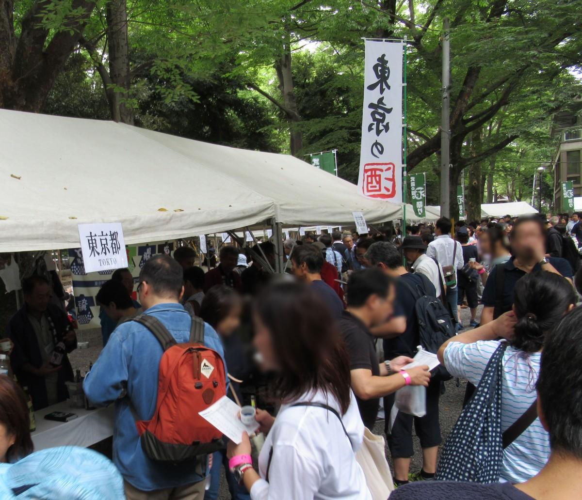 全国から集まった日本酒の利き酒が楽しめる