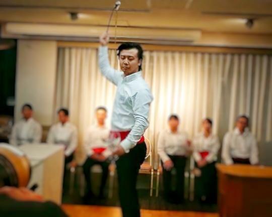 「ベネンシアドール」の技を披露する藤田将成さん