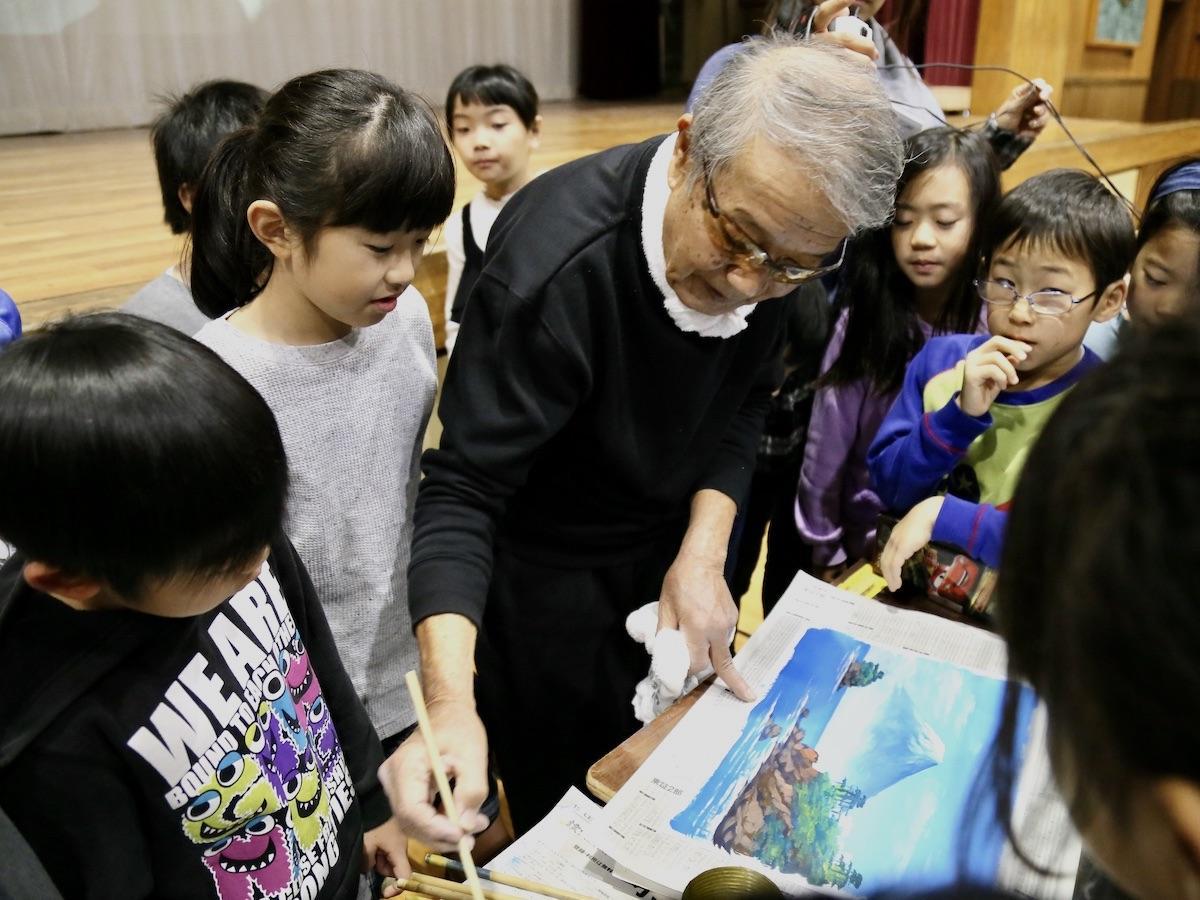 立川の小学校でライブペイントを行う銭湯絵師の丸山清人さん