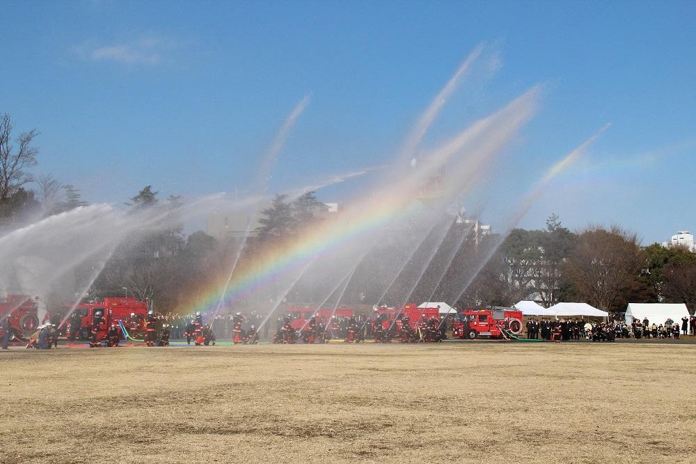 昨年のポンプ車からの一斉放水ー虹がかかる