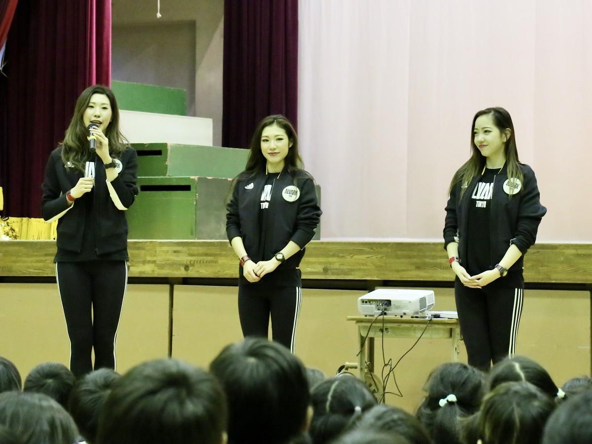 立川三小を訪問したアルバルク東京のチアリーダー。左からHONOKAさん、AYAKAさん、MARIAさん