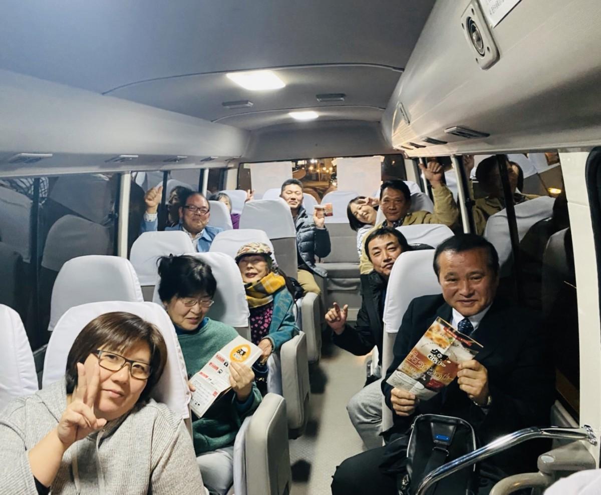 チャーターバスの車内でも盛り上がる参加者