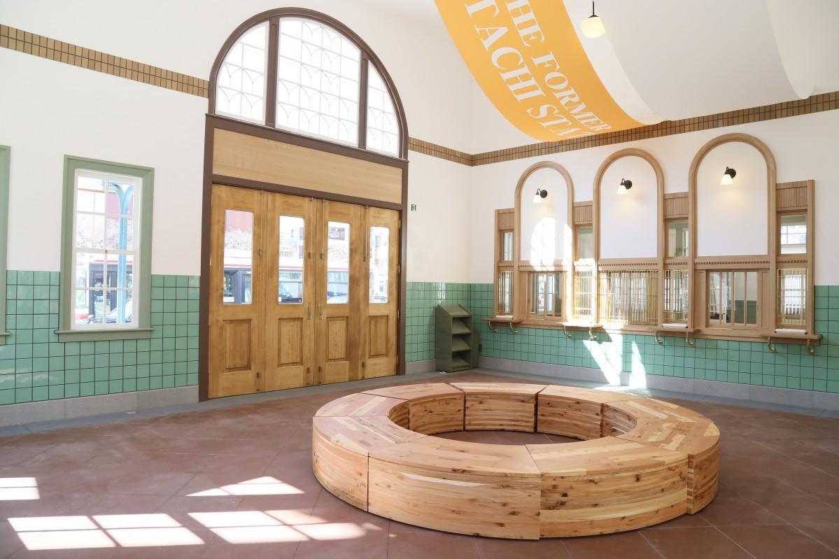 アーチ窓やヒノキの折戸、切符売り場など、開業当時を再現した旧国立駅舎の内部