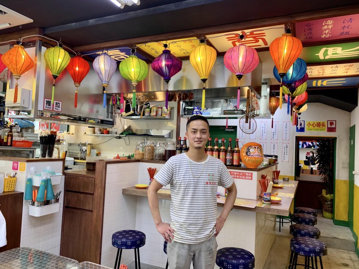 店長の川手さんと台湾夜市の雰囲気が味わえる店内