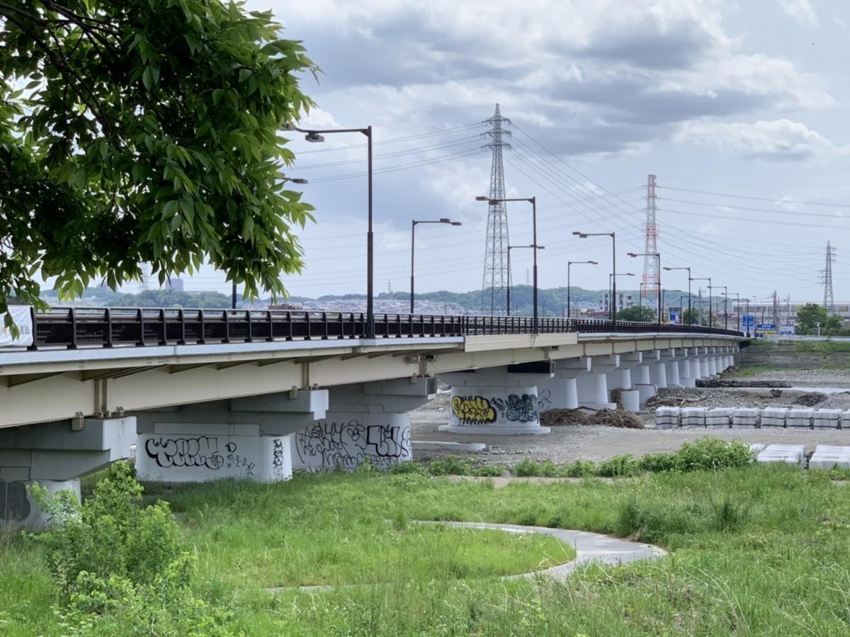 一部分だけ新しい橋桁が設置され、通行止めが解除された日野橋