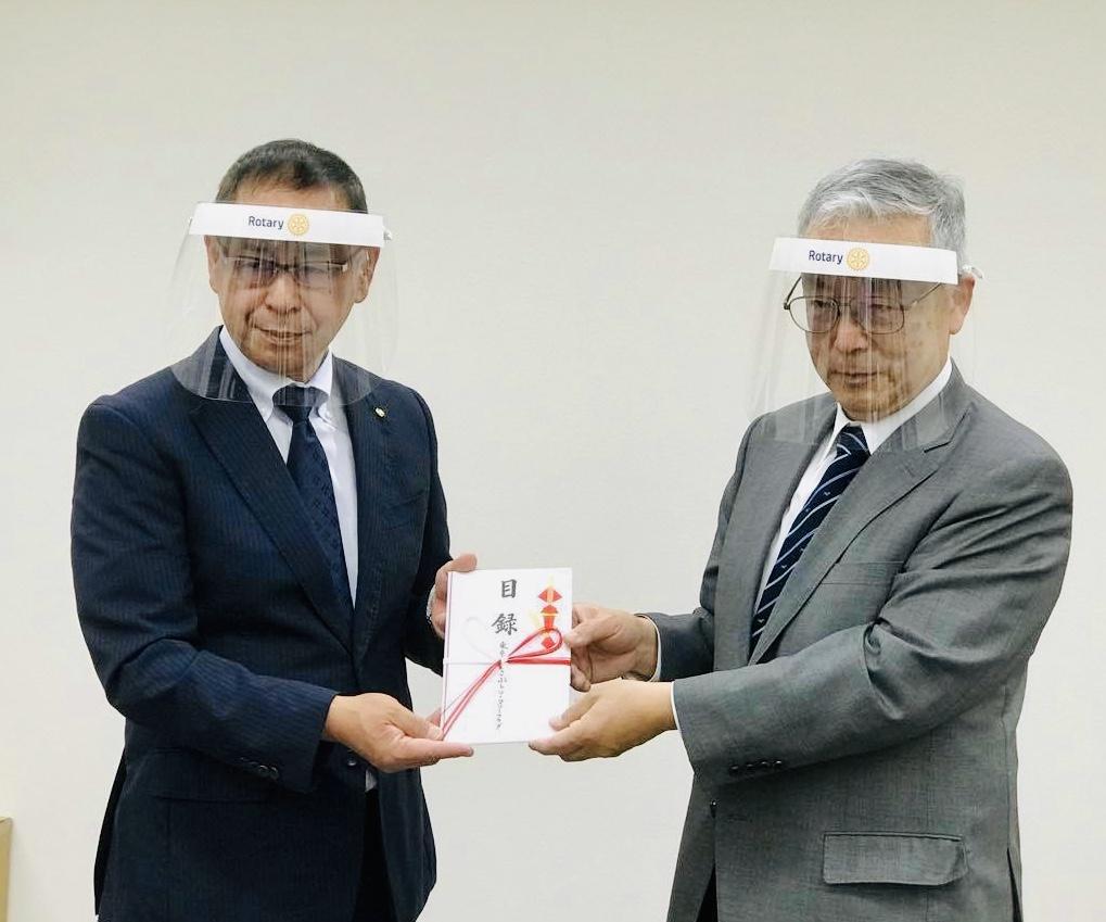 目録を手渡す東京立川こぶしロータリークラブ奥田会長(左)と立川市医師会香取会長