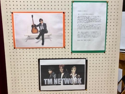 児童と「創立70周年記念ソング」を共作する立川第六小学校出身の木根尚登さん