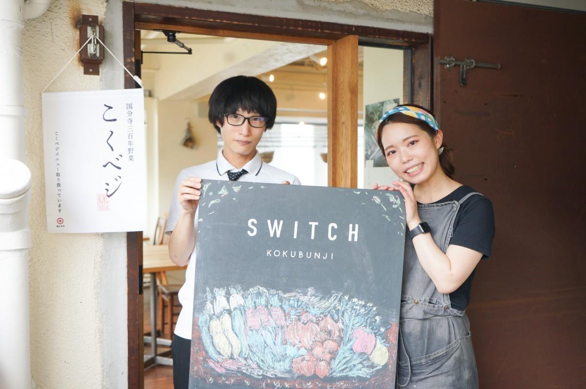 スイッチ国分寺店長の榎本さん(右)・トートバッグを制作する成瀬さん(左)