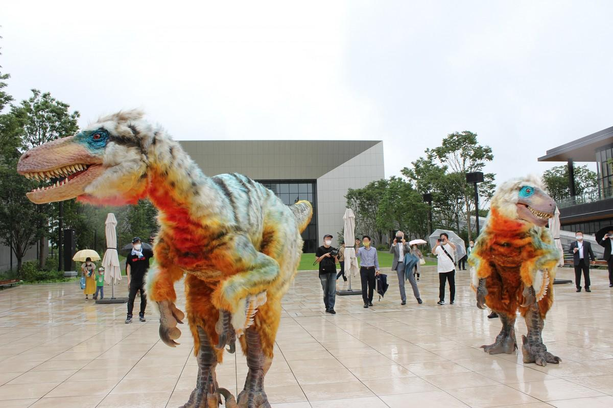 公演に先駆け、グリーンスプリングスで自由に動き回る恐竜のグリーティング・イベントの様子