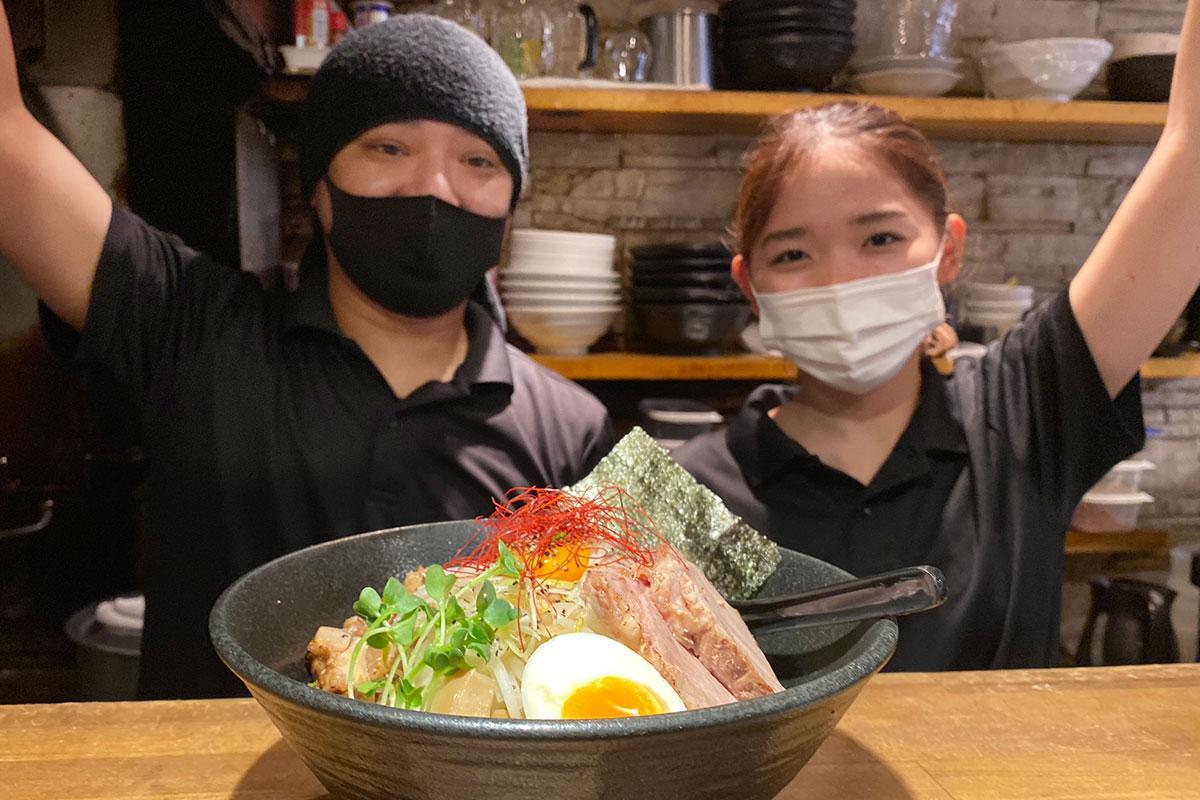 まぜそば全部のせ(1,000円・大盛り無料) 炙り鶏チャーシューと厚切り豚チャーシュー、半熟卵や野菜がのる