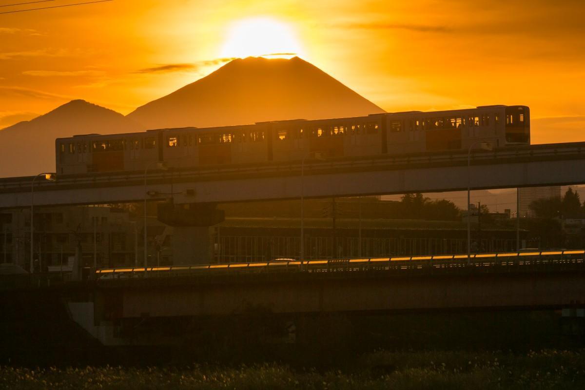 多摩モノレール車輛とダイヤモンド富士