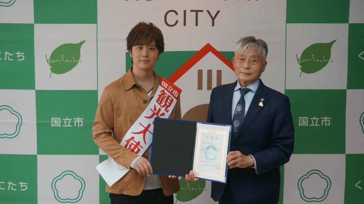 国立市観光大使として、永見国立市長より委嘱書を手渡される三浦さん