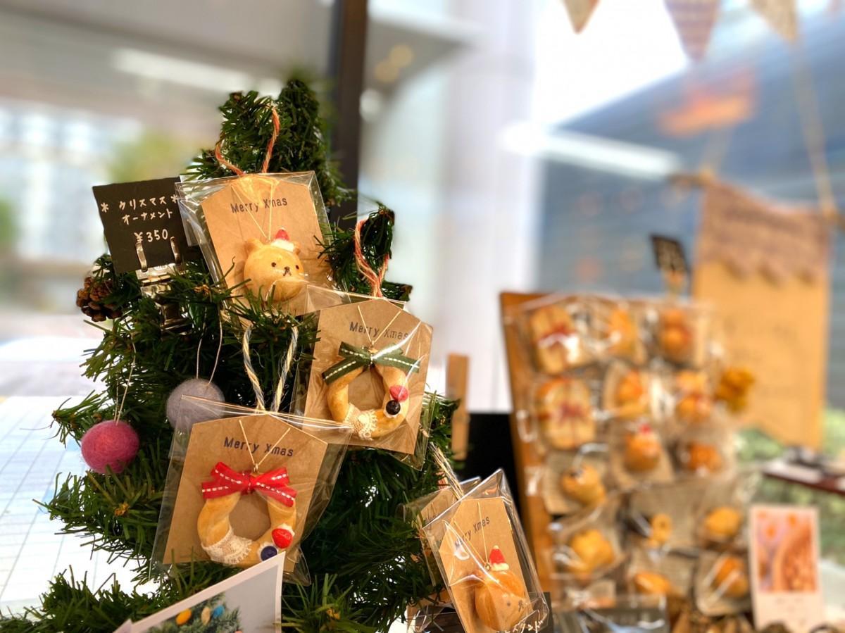 クリスマスのオーナメントやプレゼントになる小物が並ぶ