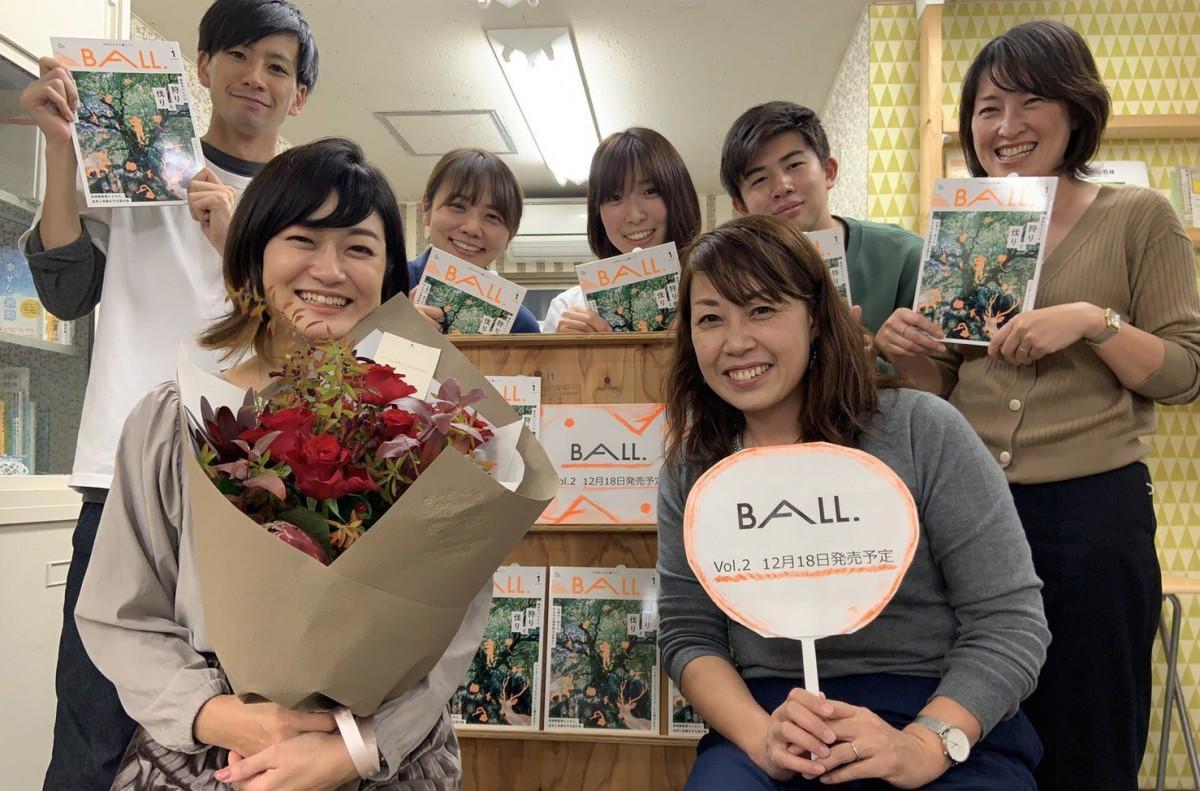 受賞を受けて。前列左は「けやき出版」社長の小崎奈央子さん