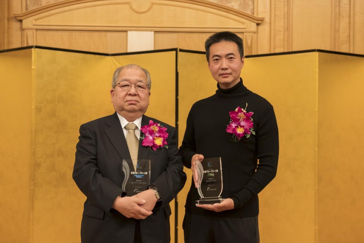 最優秀賞を受賞した森田テック森田社長(左)とVRCの謝社長