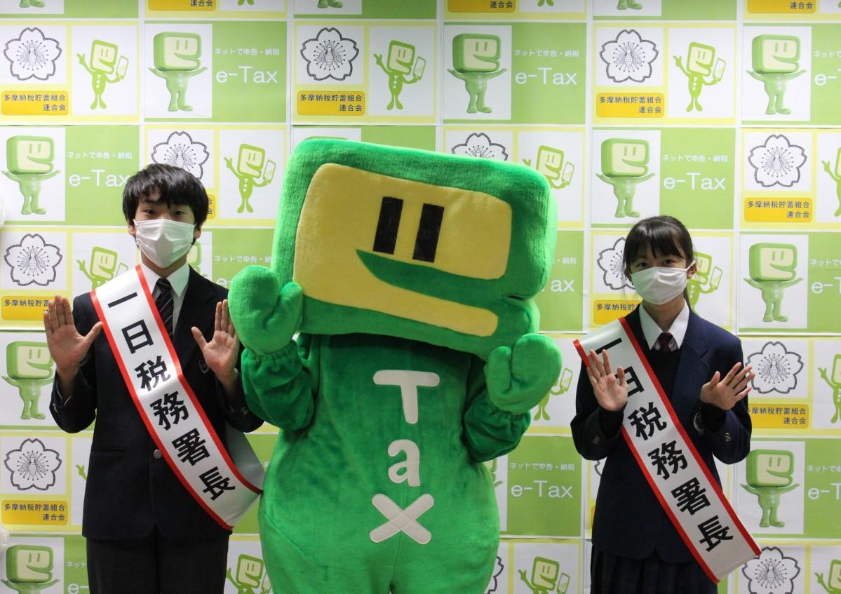 立川税務署で一日税務署長を務めた、五十嵐美妃さんと小池雄真さん