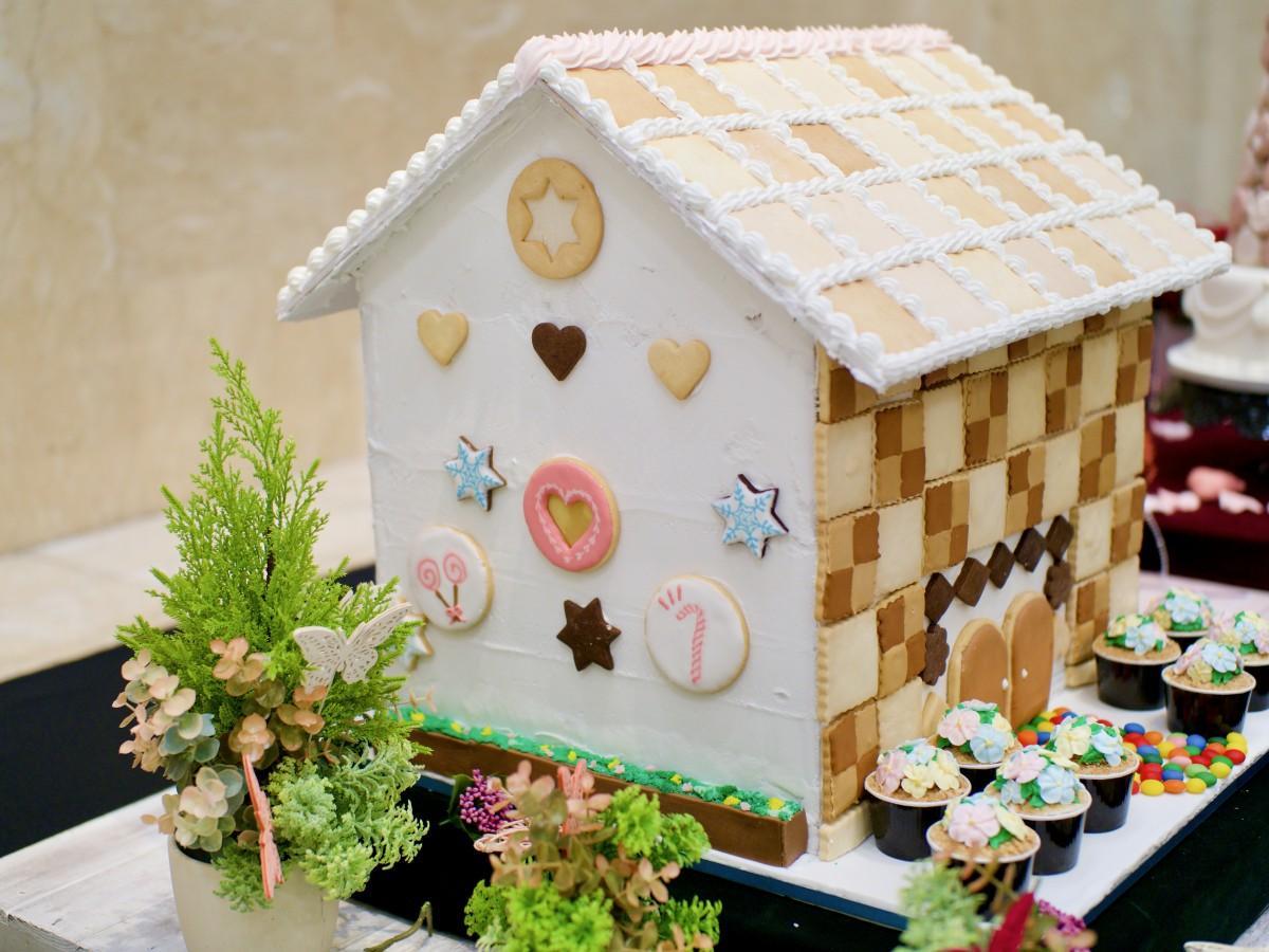 グループで制作した大型卒業作品「お菓子の家」