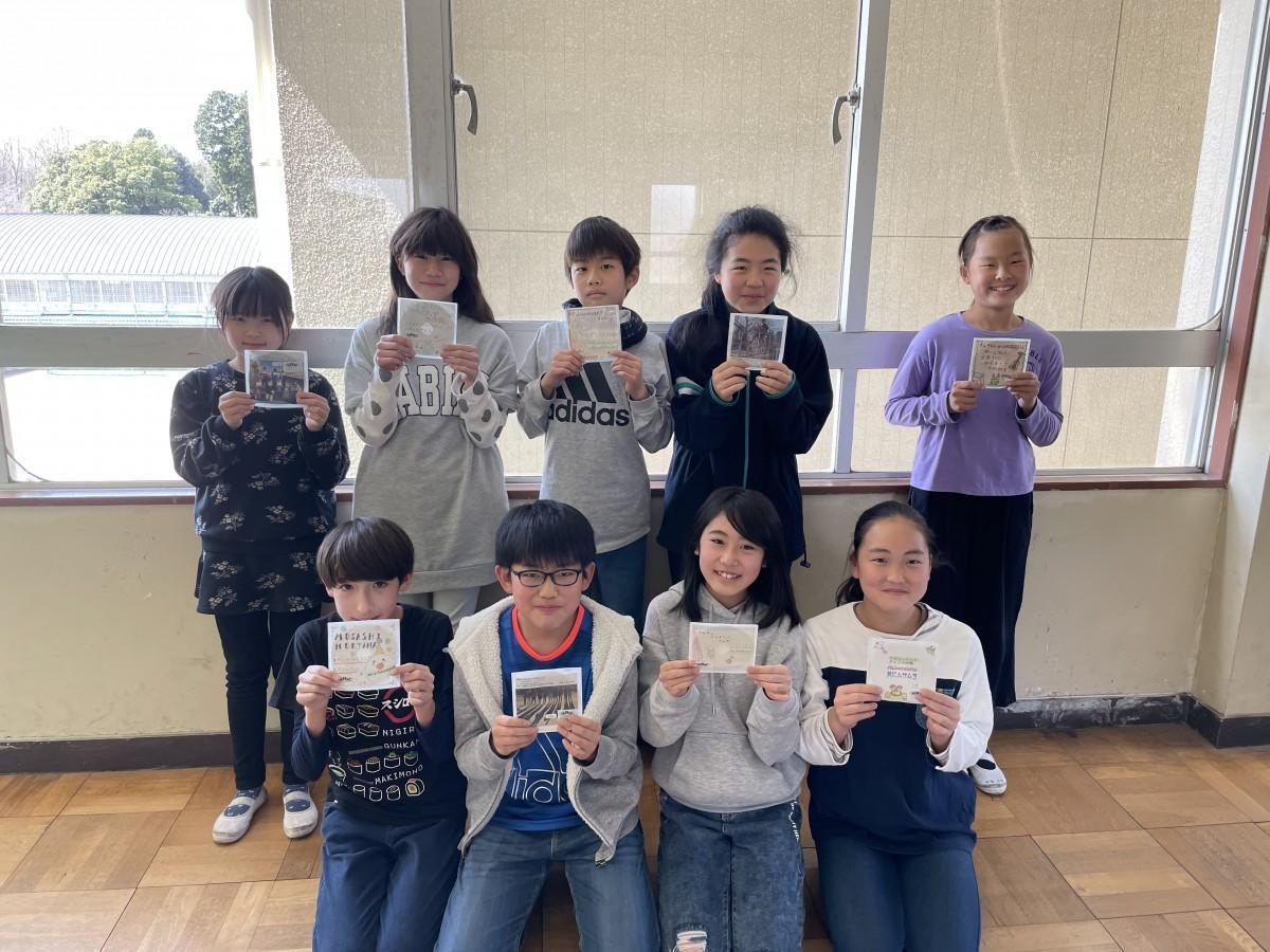 制作したCDを持つ児童たち