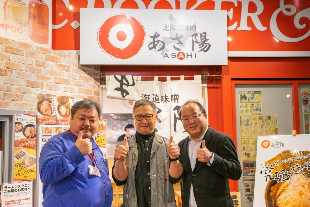 した竹麓輔さん、プレオープン試食会に訪れたラーメンデータバンクの大崎裕史会長、ラーメン評論家の山本剛志さん
