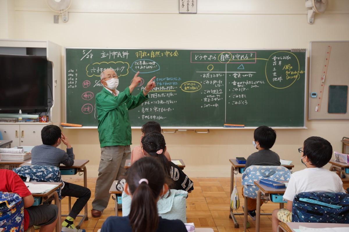 「玉川上水の自然保護を考える会」の萩本悦久さんの講義を聞く4年生の児童たち