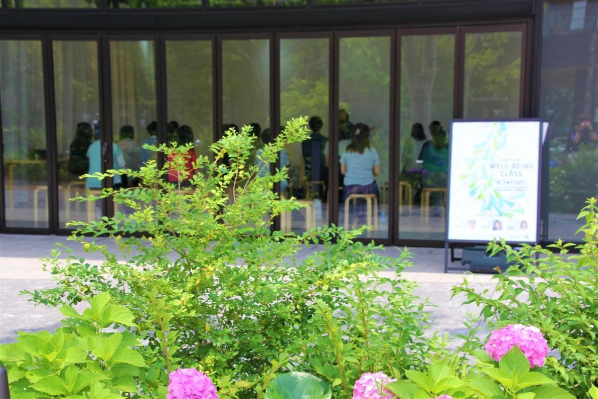 季節を感じる花が咲く環境で、心地よく受講できる、ウエルビーイングクラス