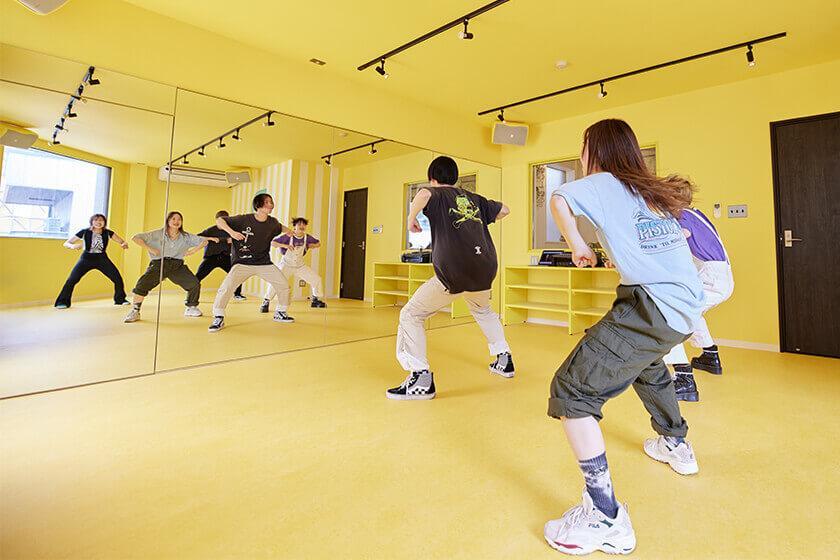 黄色が基調のダンススタジオ