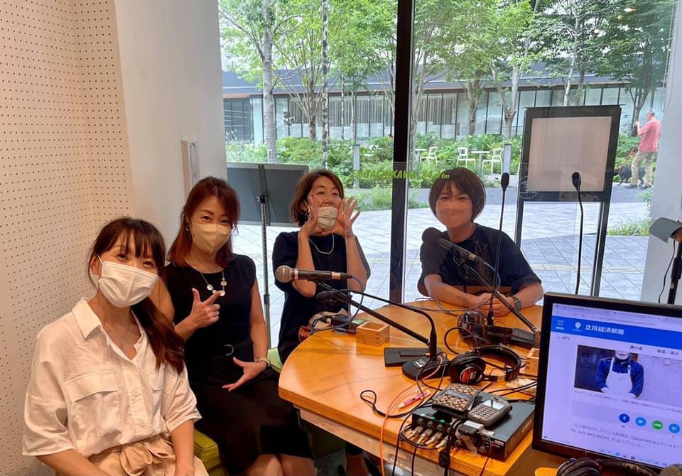 左から、メインパーソナリティー藤田さん、立川経済新聞記者の森林、長谷山、編集長の石橋