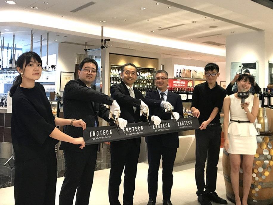 同18日のオープン当日、エノテカ株式会社の経営陣によるテープカットが行われた。