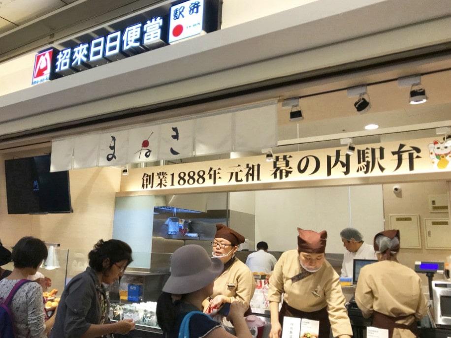10月31日にオープンした「駅弁屋まねき」には、開店記念の「招き猫弁当」を買おうと開店1時間以上前からお客さんの列が並ぶ