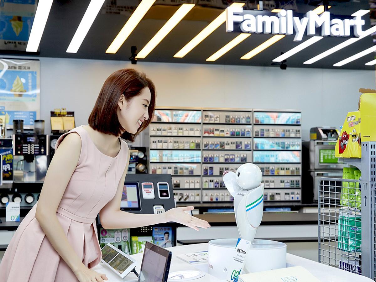 ファミマの動いて、話すロボ「RoboPin」 富士通が開発