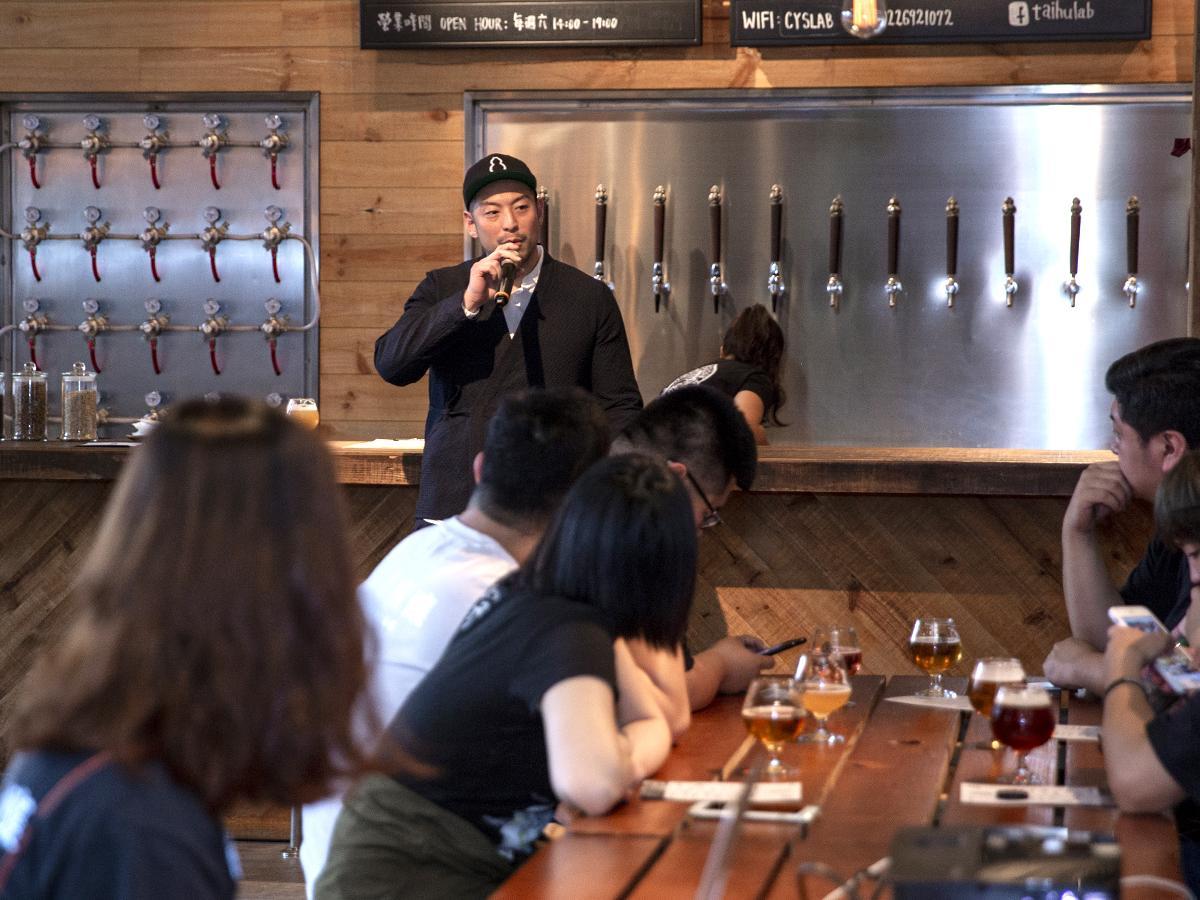 オープン日に行われたセレモニーでは、創業者のDukeさんが新ビール工場を紹介した