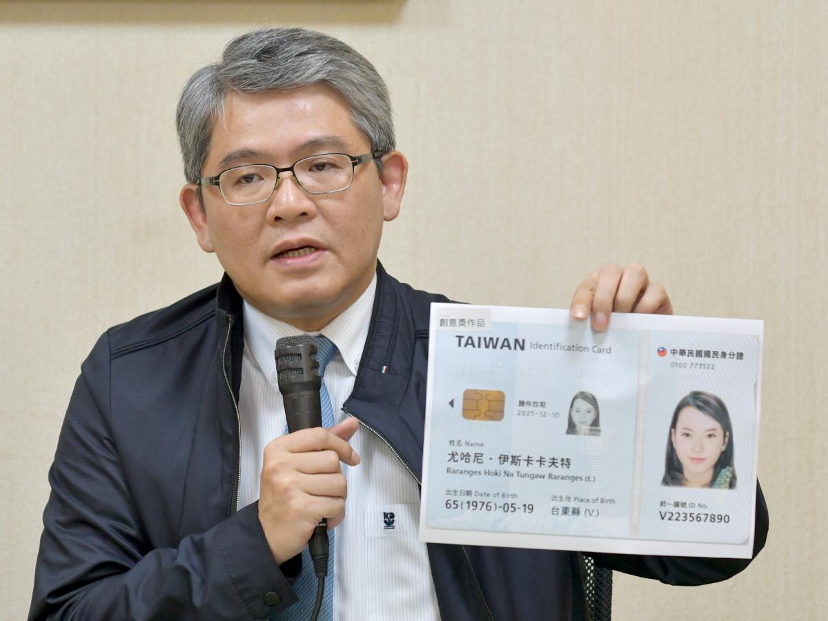 受賞作品を発表する花敬群台湾内政部政務次長