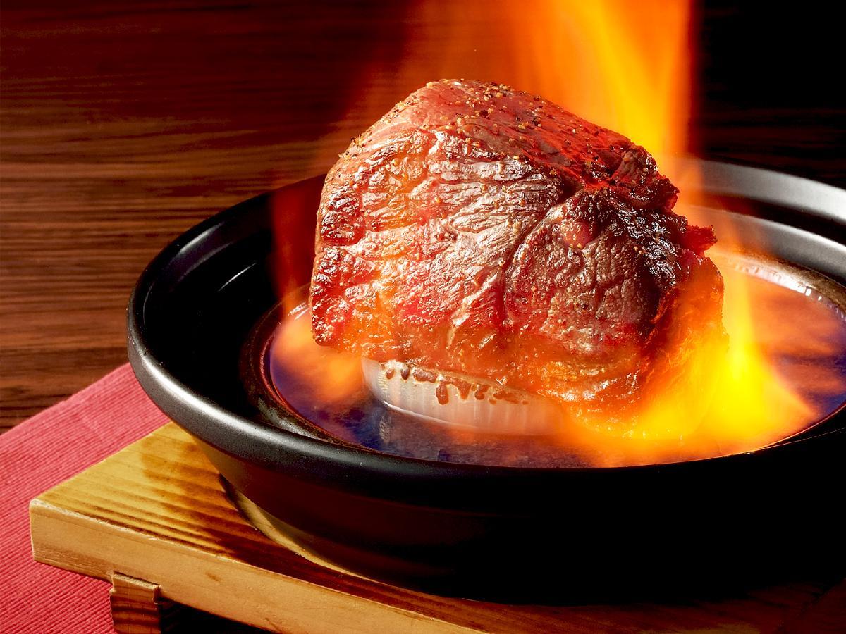 肉専門店「肉亭わたみ」で行う火のパフォーマンス