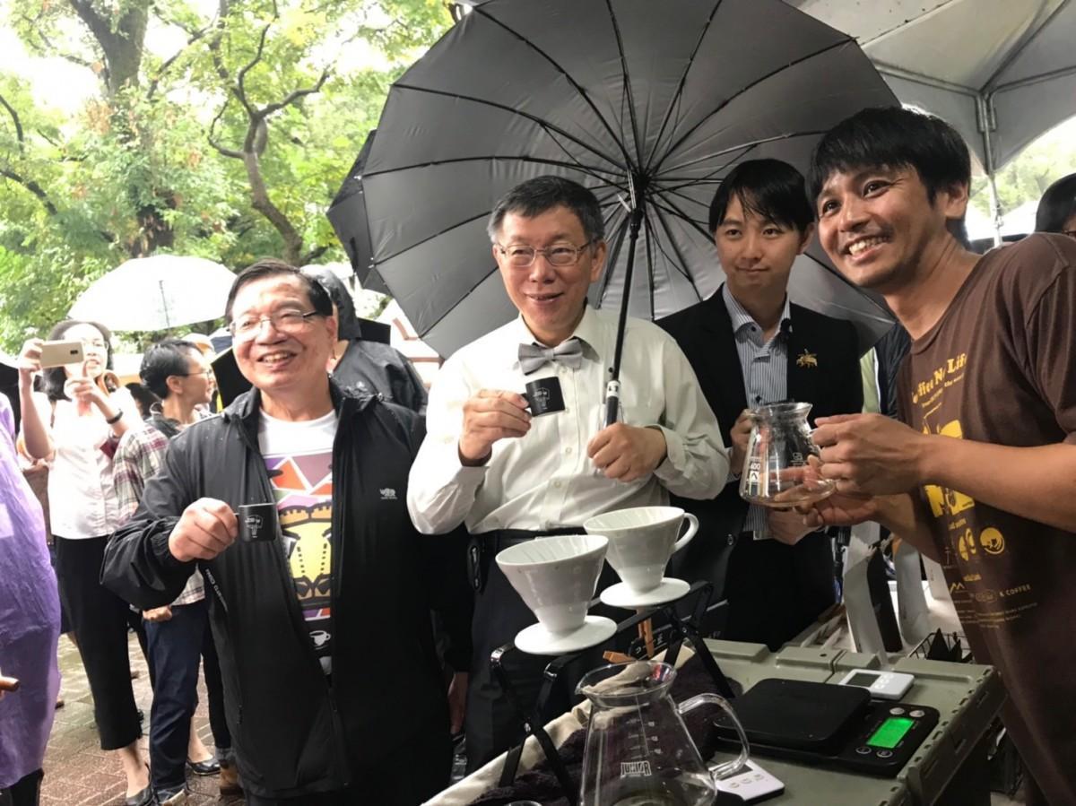 初日には柯文哲台北市長など台北市政府の幹部らが「豆ポレポレ」ブースを訪問。