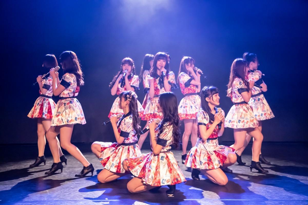 AKB48の「夕陽を見ているか?」の中文カバー曲「看見夕陽了●(●=口へんに馬)」を歌うAKB48 Team TP