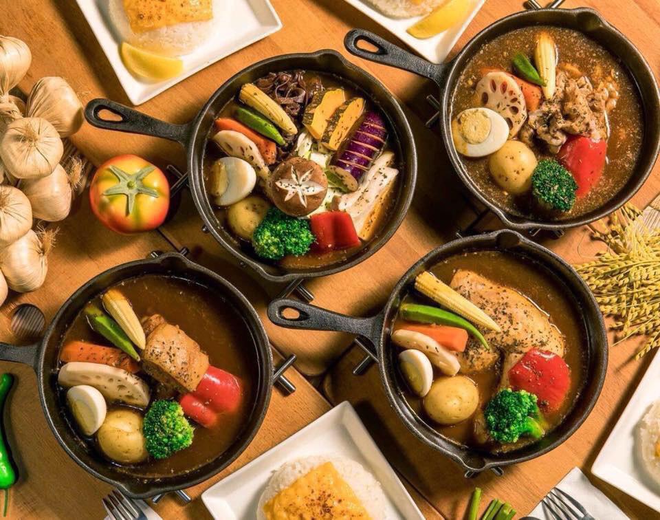 「銀兎湯加哩餐酒館(ギントスープカレー)」で人気の、写真映えする彩り豊かなオリジナルスープカレー