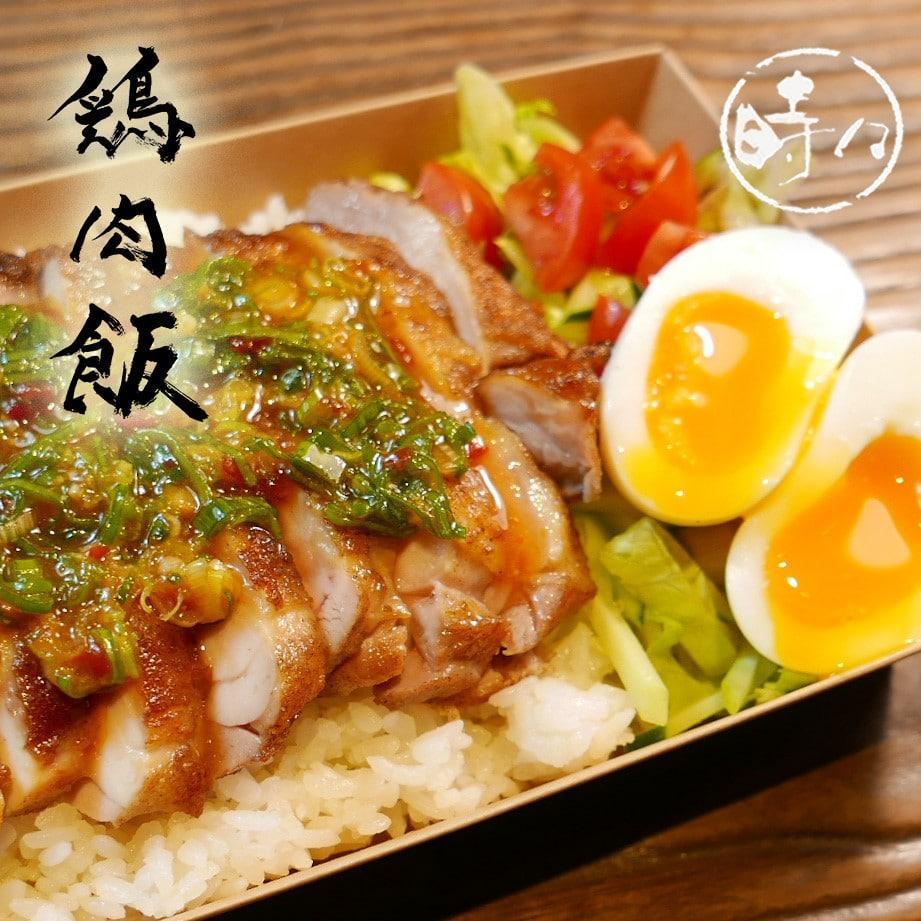 店の看板メニューである骨付き鶏に特製のタレをかけた「鶏肉飯弁当」