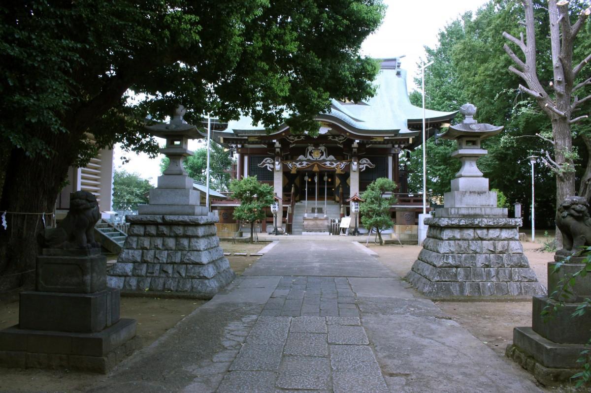 新宿諏訪神社の境内