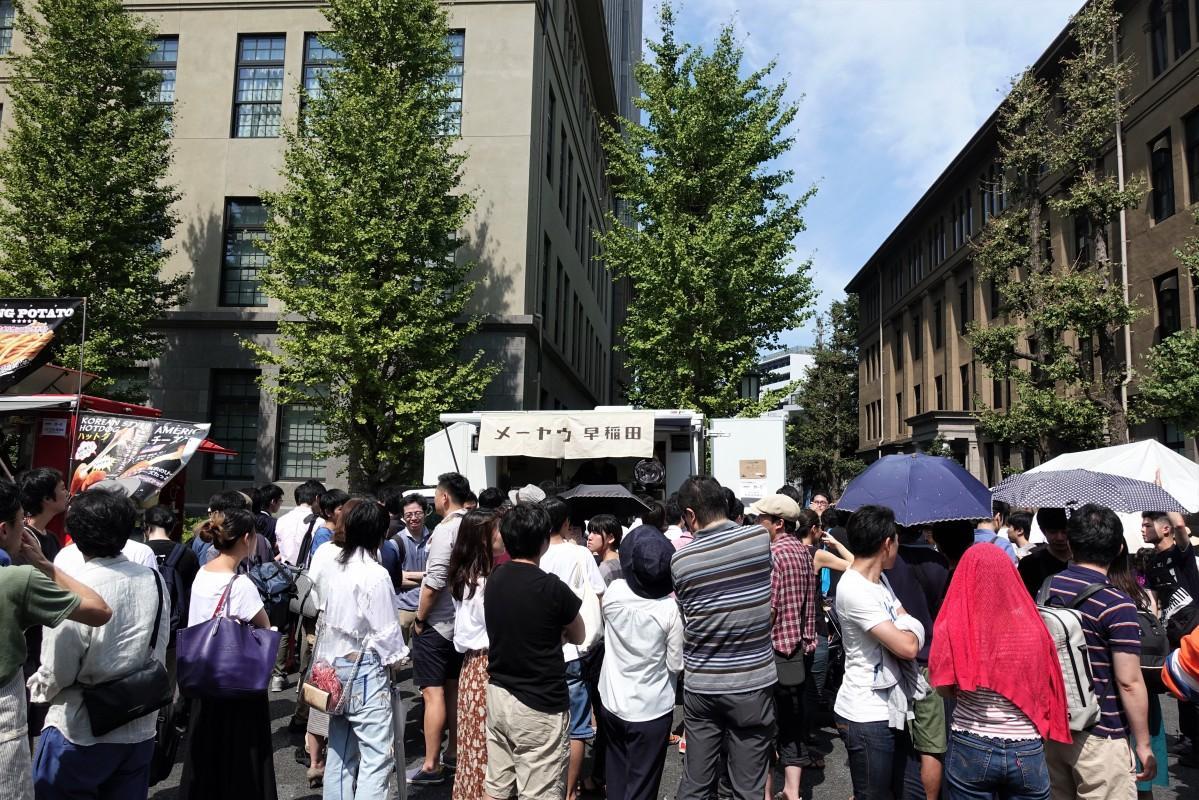 早稲田地球感謝祭の出店の前に並ぶメーヤウ早稲田店のファン