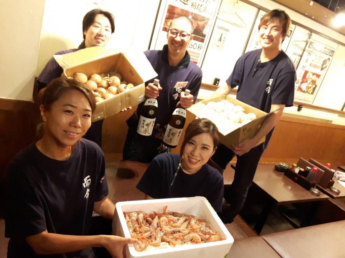 北海道産の食材を持つ「産直屋 魚渋 高田馬場店」の三浦さん、坂本さん(前列左から)、関口さん、原田さん、石井さん(後列左から)