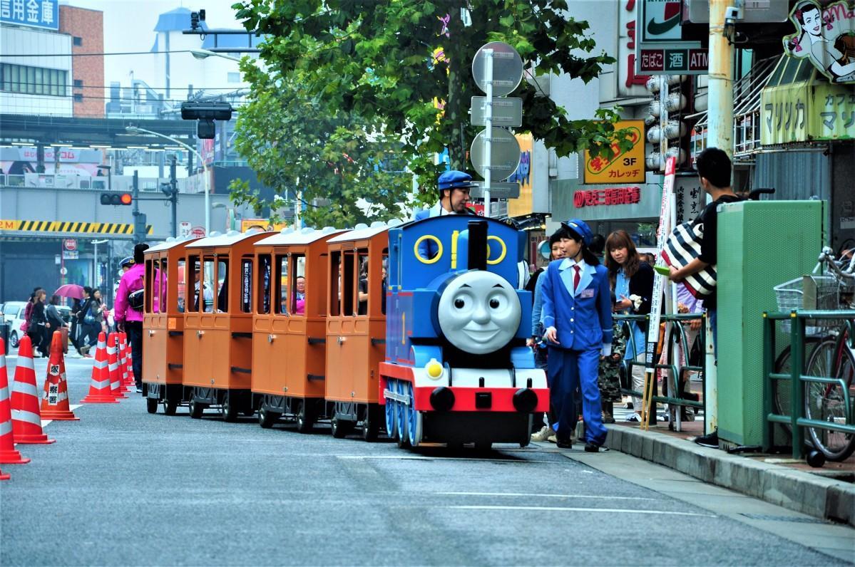 子どもたちを乗せて早稲田通りを走る機関車トーマス