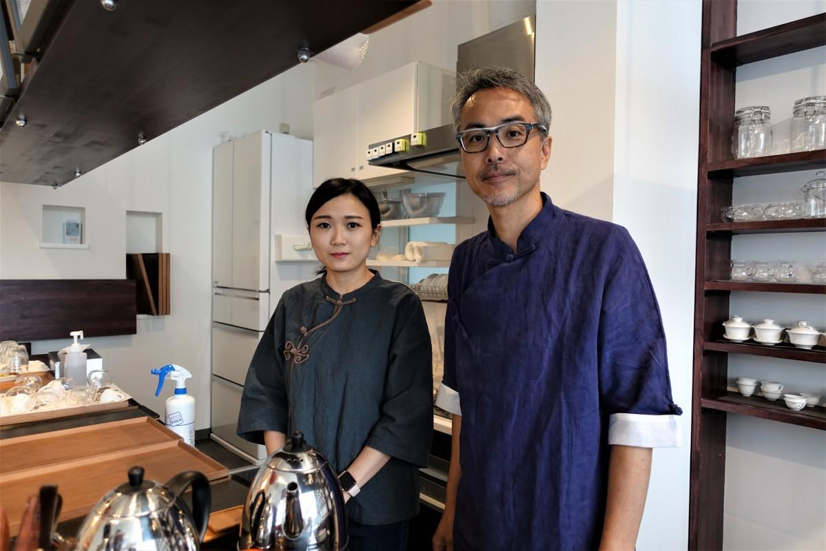 「甘露」のカウンター内で、店主の向井さんと店長