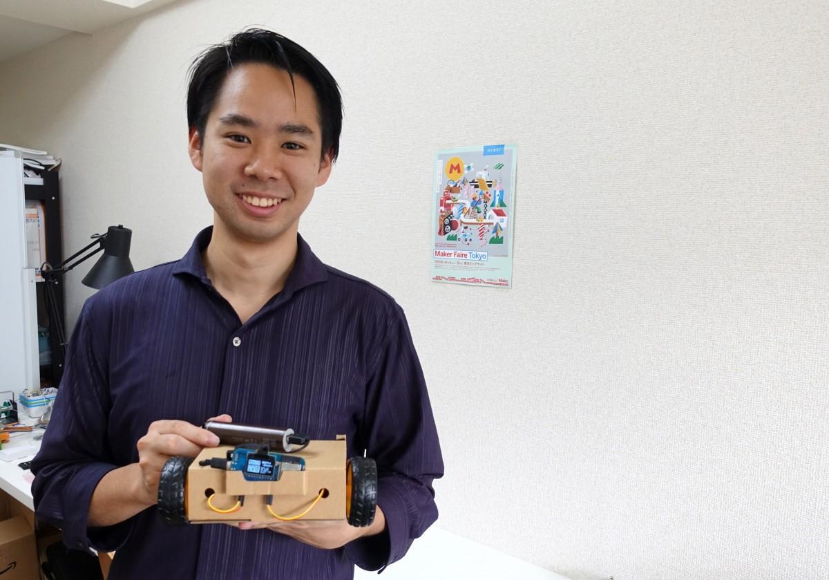 オブナイズが接続された「AIロボットキット」を持つ木戸さん