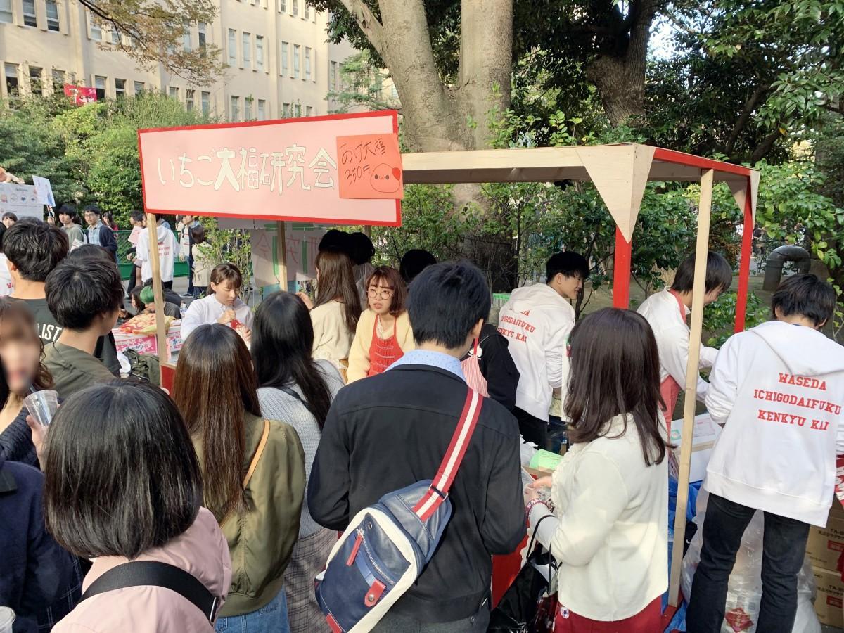 「揚げ大福」を揚げ続ける早稲田大学いちご大福研究会の模擬店の様子