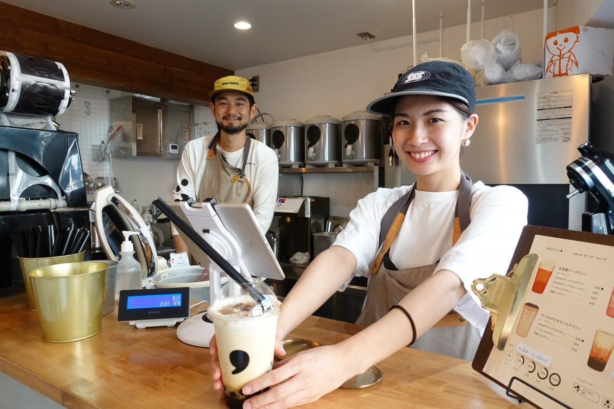 「コンマティー」高田馬場店店長の阿久津さんとスタッフの日高さん(左から)