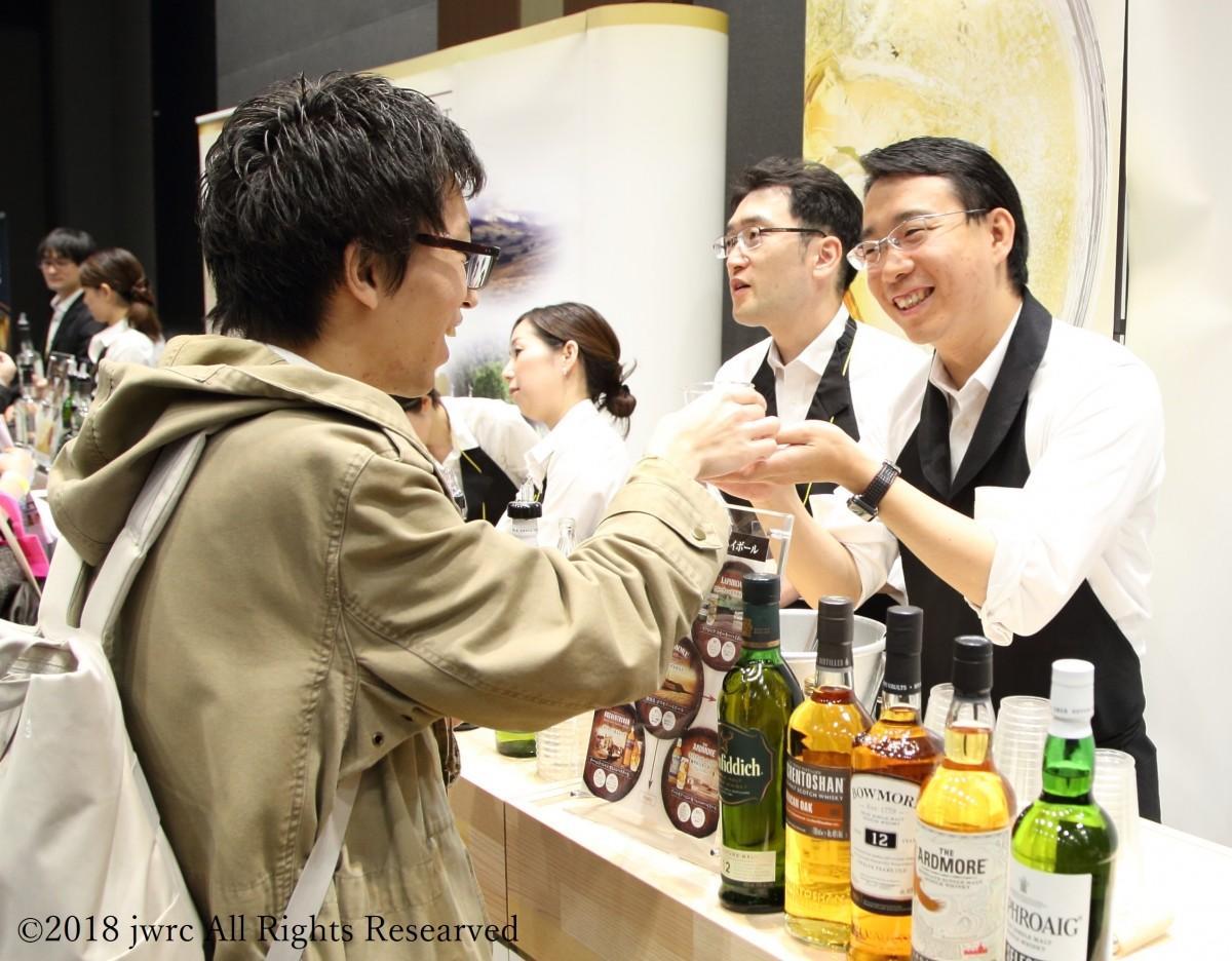 昨年開催された「ウイスキーフェスティバル in 東京」の様子(ウイスキーの試飲)